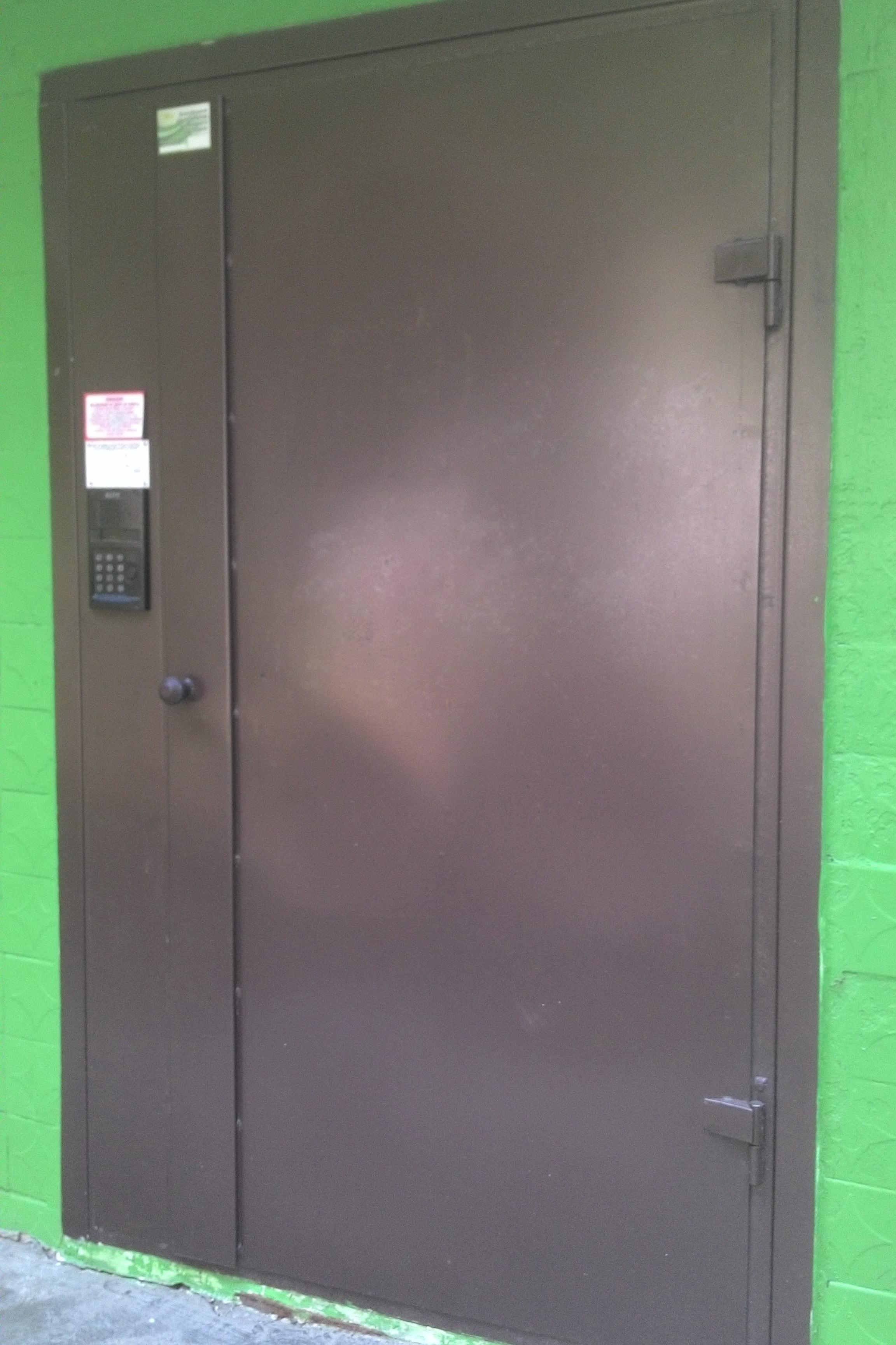 установка железной двери с домофоном
